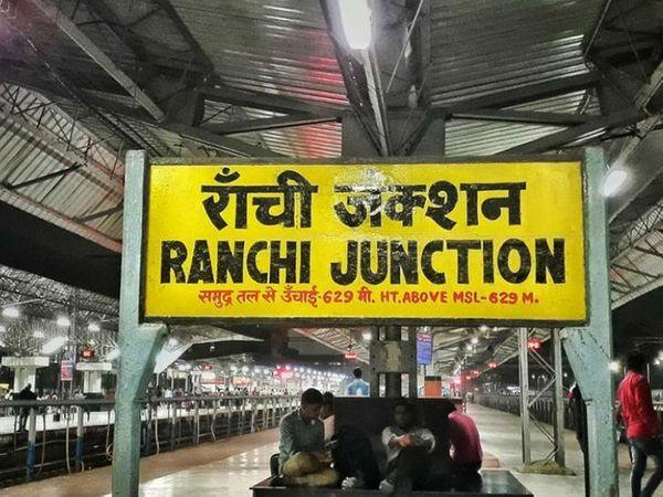 कोरोना संक्रमण के कारण रांची रेल डिवीजन के स्टेशनों पर प्लेटफॉर्म टिकट की बिक्री बंद कर दी गई थी। (फाइल) - Dainik Bhaskar