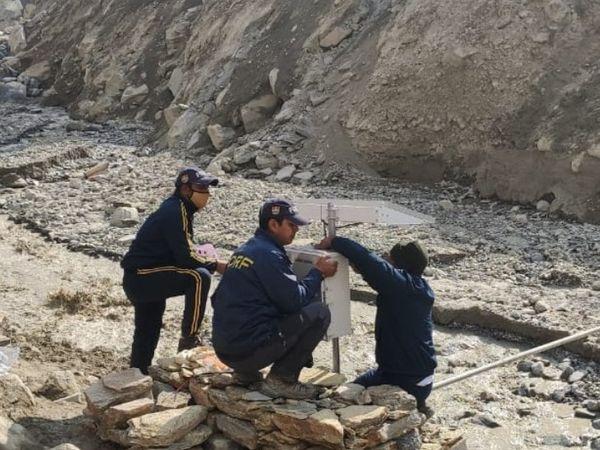 रैणी गांव में अलार्म सिस्टम लगाती SDRF की टीम।