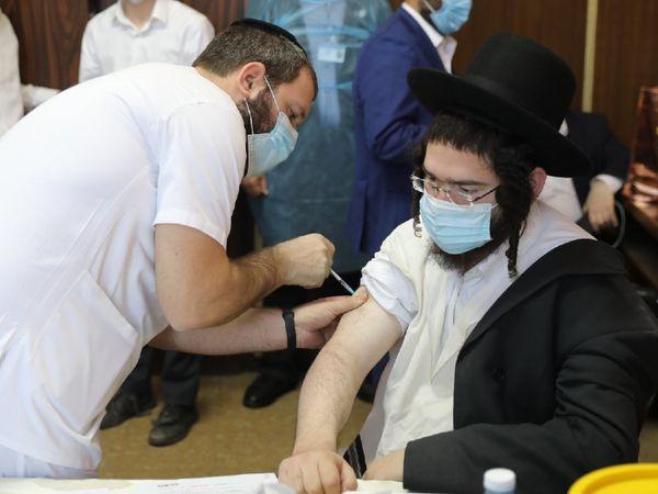 तेल अवीव में वैक्सीनेशन कराता इजराइली व्यक्ति। यहां कुछ लोग वैक्सीन को लेकर अफवाह फैला रहे हैं। इन्हें रोकने के लिए सरकार ने डिजिटल टास्क फोर्स बनाई है।