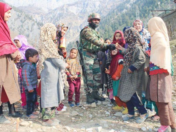 कश्मीरी बच्चों के साथ भारतीय सेना का जवान बातचीत करते हुए। यहां फॉरेन डिप्लोमैट्स का डेलिगेशन दौरे पर आ रहा है। पाकिस्तान इससे बौखलाया हुआ है। (फाइल) - Dainik Bhaskar