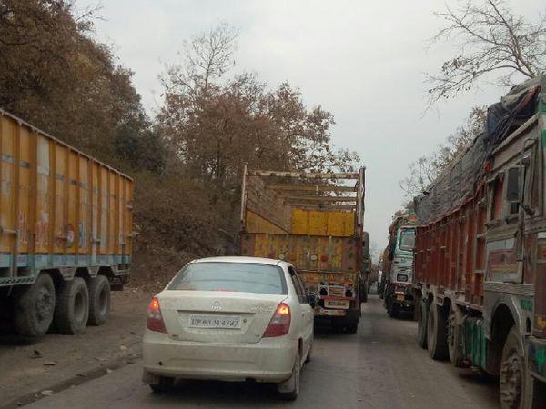 बस का जो तय रास्ता था, वहां खराब सड़क होने के कारण कई दिनों से जाम लग रहा था, इसीलिए चालक ने रूट बदला था।