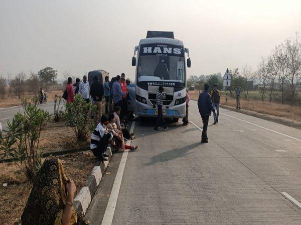 देर रात से सुबह तक बस में  महिलाए और बच्चे रास्ते में मदद का इंतजार करते हुए - Dainik Bhaskar