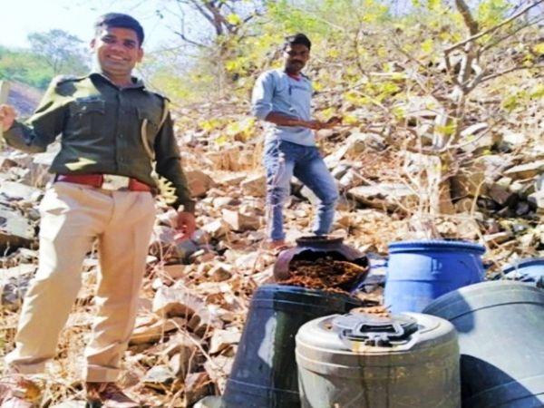 ओगणा थाना क्षेत्र में अवैध शराब नष्ट करती पुलिस की टीम।