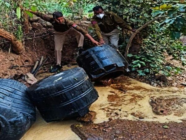 महुआ वॉश नष्ट कर दी पुलिस की टीम। - Dainik Bhaskar