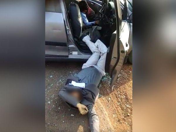 हादसे में कार चलाने रहे स्कूल स्टाफ बाहर फेंका गए थे।