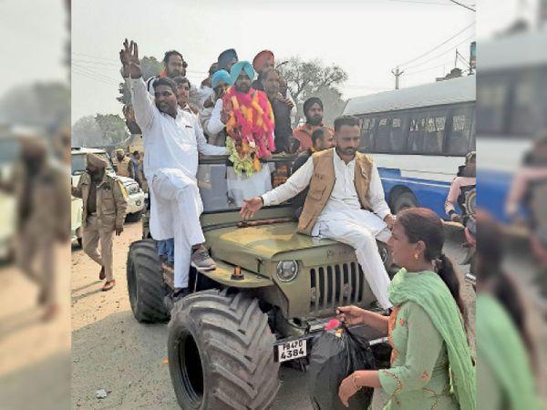 फिरोजपुर में सबसे ज्यादा 1407 वोटों से विजयी वार्ड नंबर 24 से कांग्रेस उम्मीदवार परमिंद्र सिंह हांडा खुली जीप में पर सवार होकर विक्ट्री चिन्ह बनाकर खुशी का इजहार करते हुए। - Dainik Bhaskar