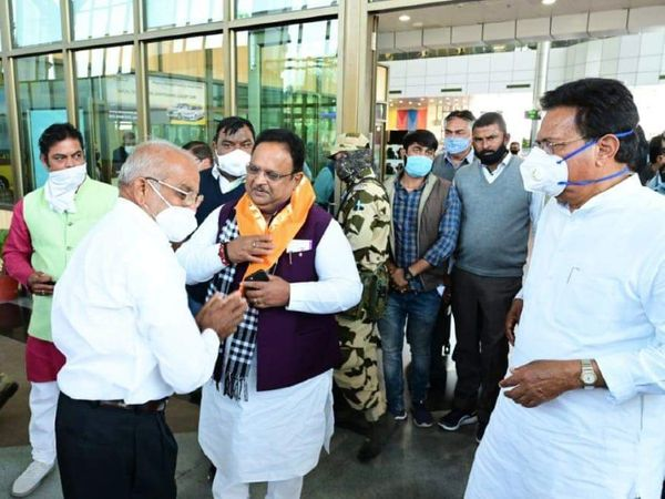 उदयपुर पहुंचे चिकित्सा मंत्री रघु शर्मा का स्वागत करते कांग्रेसी कार्यकर्ता। - Dainik Bhaskar