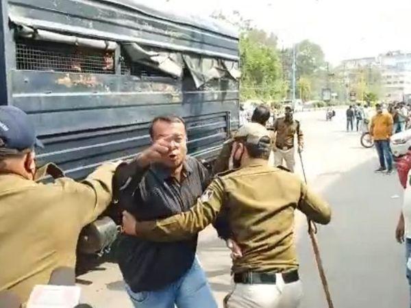 मधुमिलन चौराहे पर प्रदर्शन करने पहुंचे कांग्रेसियों को पुलिस ने पकड़कर वैन में बिठा लिया। - Money Bhaskar