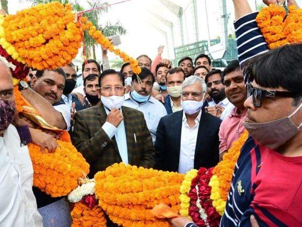 उदयपुर से डबोक हवाई अड्डे पर शांति धारीवाल का स्वागत करते कांग्रेसी कार्यकर्ता।