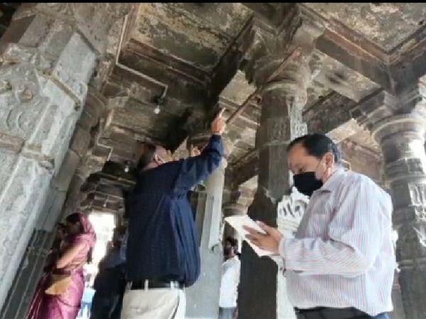 मंदिर के ऊपरी हिस्से को देखती CBRI की जांच टीम