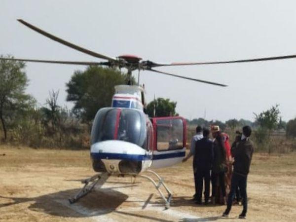 ससुराल जाने के लिए हेलिकॉप्टर में बैठती दुल्हन।