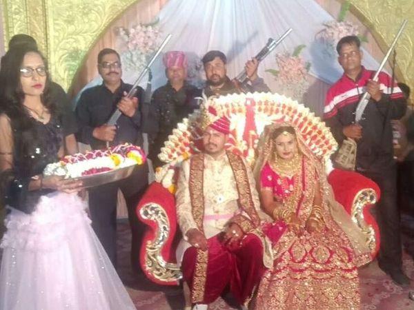 शादी समारोह के दौरान स्टेज पर ऐसे हथियार लेकर रहे खडे़ (वीडियो से ली गई फोटो)