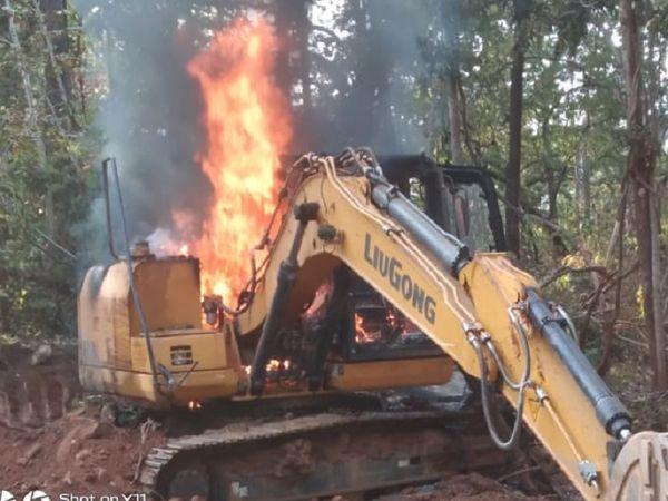 छत्तीसगढ़ के बस्तर में नक्सलियों ने एक बार फिर सड़क निर्माण कार्य में लगे वाहनों को आग के हवाले कर दिया। - Dainik Bhaskar
