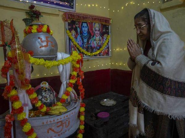 बसंत पंचमी के मौके पर शीतलनाथ मंदिर में विशेष पूजा का आयोजन किया गया। फोटो- आबिद भट