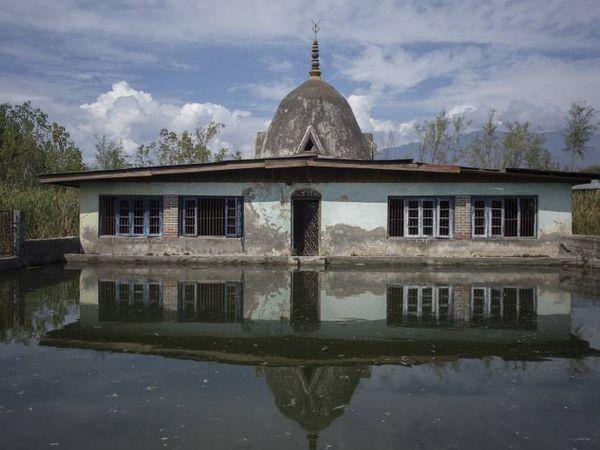 अदालत में कश्मीर सरकार द्वारा पेश किए गए दस्तावेजों के मुताबिक कश्मीर में 464 मंदिर हैं, जिनमें से 174 क्षतिग्रस्त हैं। फोटो- आबिद भट
