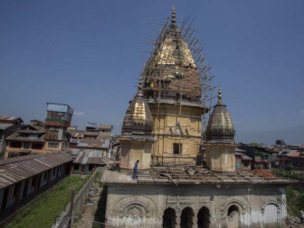 हाल ही में तीस साल बाद श्रीनगर के इस पुराने मंदिर के पुनर्निर्माण का काम शुरू किया गया है। फोटो- आबिद भट