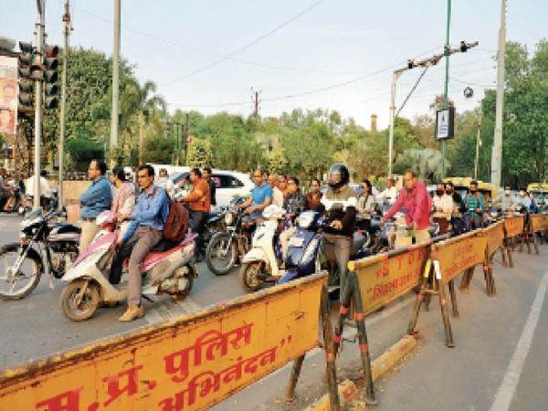 मास्क के बगैर लोगों की भीड़, संक्रमण फैला सकती है। - Dainik Bhaskar