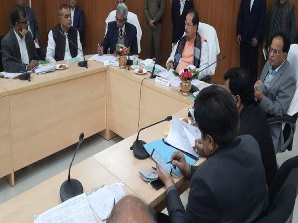 नोडल पदाधिकारियों के साथ बैठक करते स्पीकर विजय सिन्हा। - Dainik Bhaskar