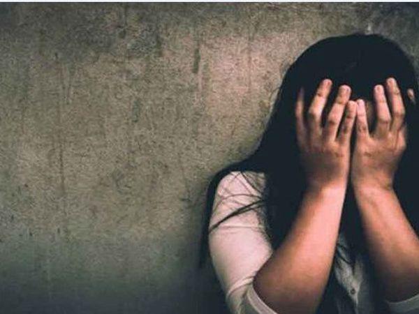 आरोपी सौतेला बेटा एक साल से मां से ज्यादती कर रहा था। - प्रतीकात्मक फोटो - Dainik Bhaskar
