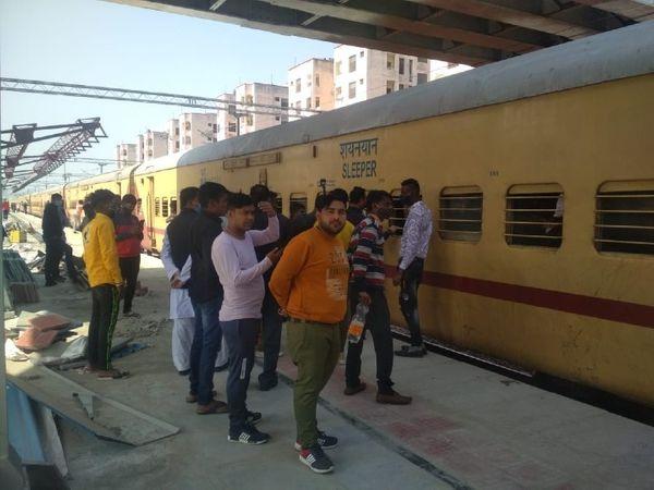 जगतपुरा रेलवे स्टेशन पर दिल्ली-पोरबंदर ट्रेन रोकी गई, जो करीब साढ़े 3 घंटे बाद रवाना हुई।