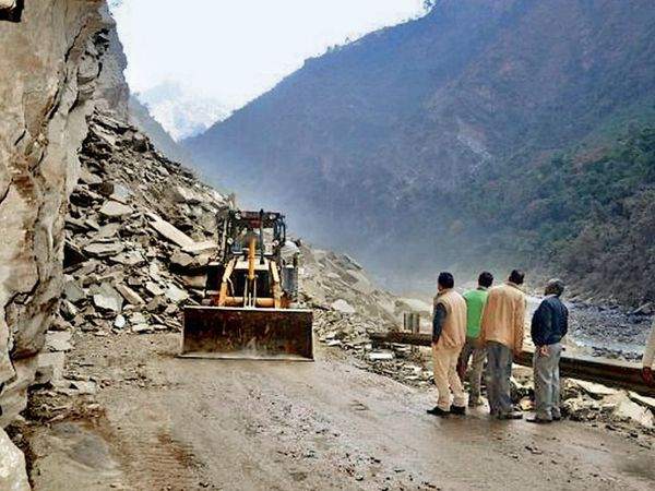 उत्तराखंड में पहाड़ों को काटकर मलबे को नदी किनारे डाला जा रहा है। - Dainik Bhaskar