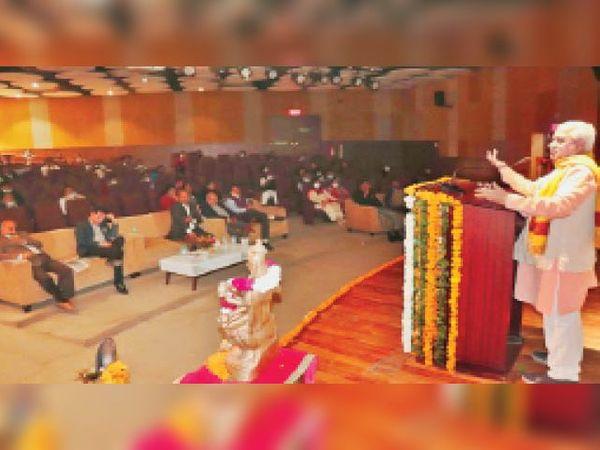 कार्यक्रम को संबोधित करते स्वदेशी जागरण मंच के अखिल भारतीय सहसंगठक सतीश कुमार। - Dainik Bhaskar