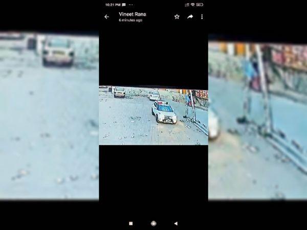 साइकिल सवार पहले बोनट पर गिरा और फिर गाड़ी की छत पर - Dainik Bhaskar