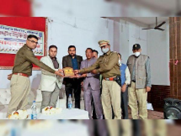 सड़क सुरक्षा कार्यक्रम के समापन समारोह में उपस्थित लोग। समारोह में अतिथियों को सम्मानित करते। - Dainik Bhaskar