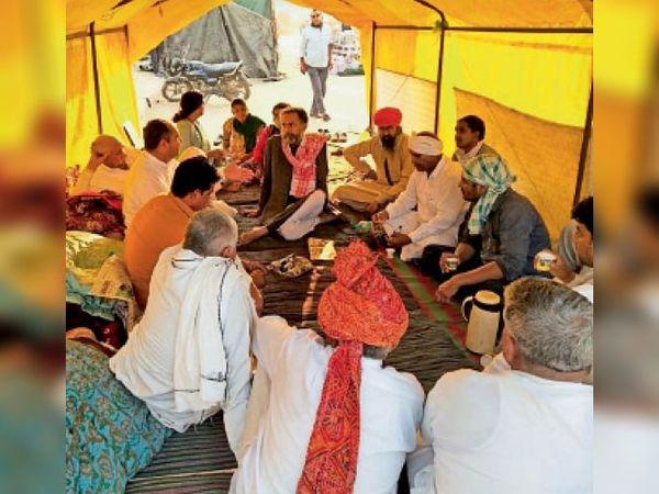 आंदोलन में आगे की रणनीति तैयार करते किसान नेता। - Dainik Bhaskar