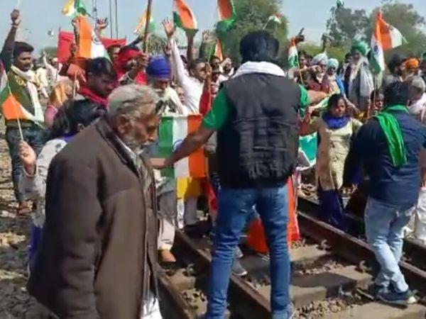 किसान गामछफाटक पर रेलवे ट्रैक पर बैठे। इस दौरान उन्होंने सरकार के खिलाफ नारेबाजी की। - Dainik Bhaskar