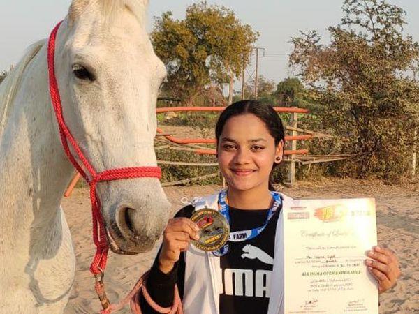 मेडल के साथ साइमा सैयद। साथ में मारवाड़ी घोड़ी अरावली। - Dainik Bhaskar