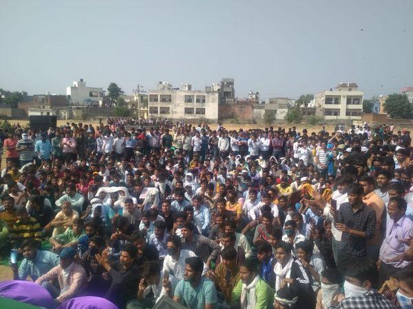 राजधानी के जगतपुरा में ट्रैक पर जाने से पहले आंदोलनकारियों ने सभा की।