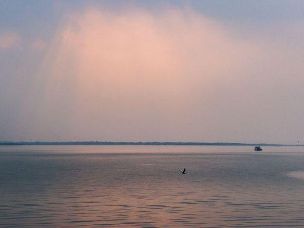 भोपाल में बुधवार रात का न्यूनमत तापमान 14 डिग्री सेल्सियस रहा। यह फोटो भोपाल के बड़े तालाब का है। - Dainik Bhaskar