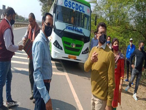 पनिहार हाइवे पर बसों की चेकिंग करता परिवहन विभाग का अमला, 21 बसों में 2 ओवरलोड मिली हैं - Dainik Bhaskar