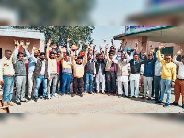 लालडू में चुनाव हारे आजाद उम्मीदवारों समेत उनके समर्थक रोष प्रकट करते। - Dainik Bhaskar