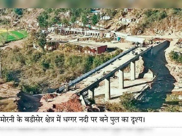 मोरनी के बडीसेर क्षेत्र में घग्गर नदी पर बने पुल का दृश्य। - Dainik Bhaskar