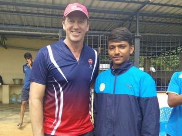 सौराष्ट्र टीम के फास्ट बॉलर चेतन साकरिया ने चेन्नई की एमआरएफ अकादमी में ऑस्ट्रेलियन बॉलर ग्लेन मैक्ग्रा से ट्रेनिंग ली है। - Dainik Bhaskar