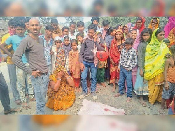 तेघड़़ा में सड़क हादसे के बाद सड़क जाम व बिलखते परिजन। - Dainik Bhaskar