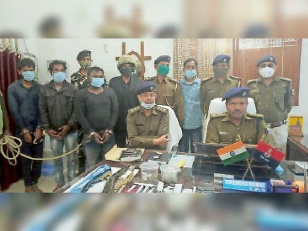 गिरफ्तार अपराधियों के बारे में गुरुवार को जानकारी देते पुलिस अधीक्षक योगेंद्र कुमार। - Dainik Bhaskar