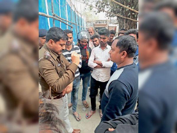 प्रत्यक्षदर्शियों से पूछताछ करती सहायक खजांची हाट थाने की पुलिस। - Dainik Bhaskar