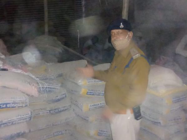 अशोका गार्डन में नकली सीमेंट की फैक्ट्री पर छापा, सरकारी जमीन पर कब्जा कर चल रही थी फैक्ट्री, 1 हजार से ज्यादा बोरी सीमेंट जब्त - Dainik Bhaskar