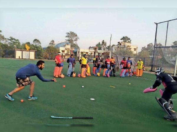 एशियन गोल्ड मेडलिस्ट और हॉकी गोल कीपिंग विशेषज्ञ बलजीत सिंह सैनी खिलाड़ियों को प्रशिक्षण देते हुए। - Dainik Bhaskar