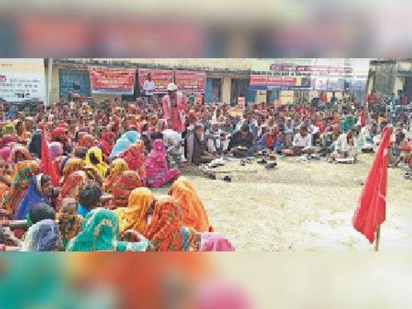 गुरुवार को धरना-प्रदर्शन में मौजूद लोग। - Dainik Bhaskar