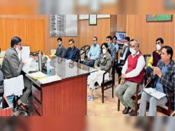 भिवानी. बैठक में वैक्सीन को लेकर निर्देश देते डीसी जयबीर सिंह आर्य। - Dainik Bhaskar