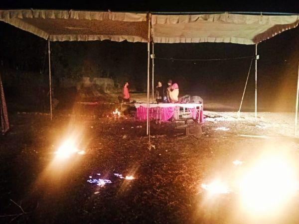 बीती रात ग्रामीणों ने बमुश्किल आग पर पाया काबू।