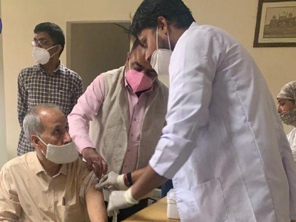 राजस्थान पुलिस महानिदेशक एम एल लाठर वैक्सीन लगवाते हुए। - Dainik Bhaskar