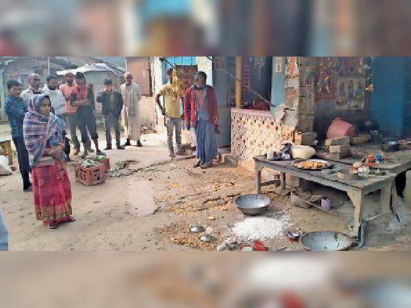 चाय पान की दुकान से बाहर फेंका सामान। - Dainik Bhaskar