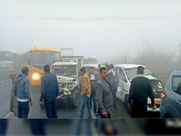 मुंढ़ाल के पास घनी धुंध के कारण आपस में टकराए वाहन। - Dainik Bhaskar