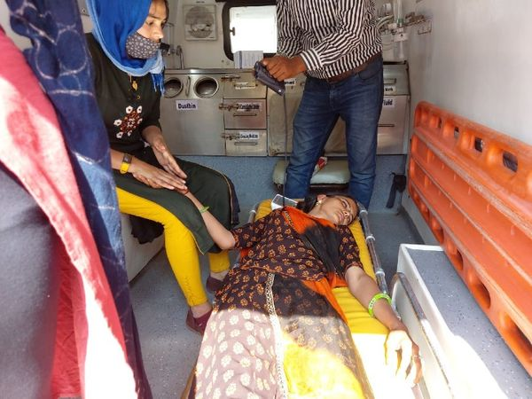 बेरोजगार अभ्यर्थियों संग धरने पर बैठी एक महिला की आज तबीयत बिगड़ गई, जिसे उपचार के लिए अस्पताल ले जाते हुए। - Dainik Bhaskar