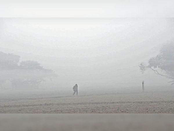 पानीपत. सुबह गहरी धुंध छाई। इस दौरान खेतों से गुजरता एक व्यक्ति। - Dainik Bhaskar